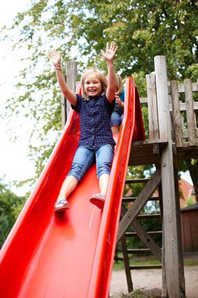 Spielhäuser im eigenen Garten: Sicherheit durch fachgerechte Montage